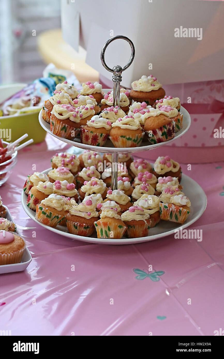 Buttercream Cupcakes Auf Einem Kuchen Stand Auf Der Ein Kind