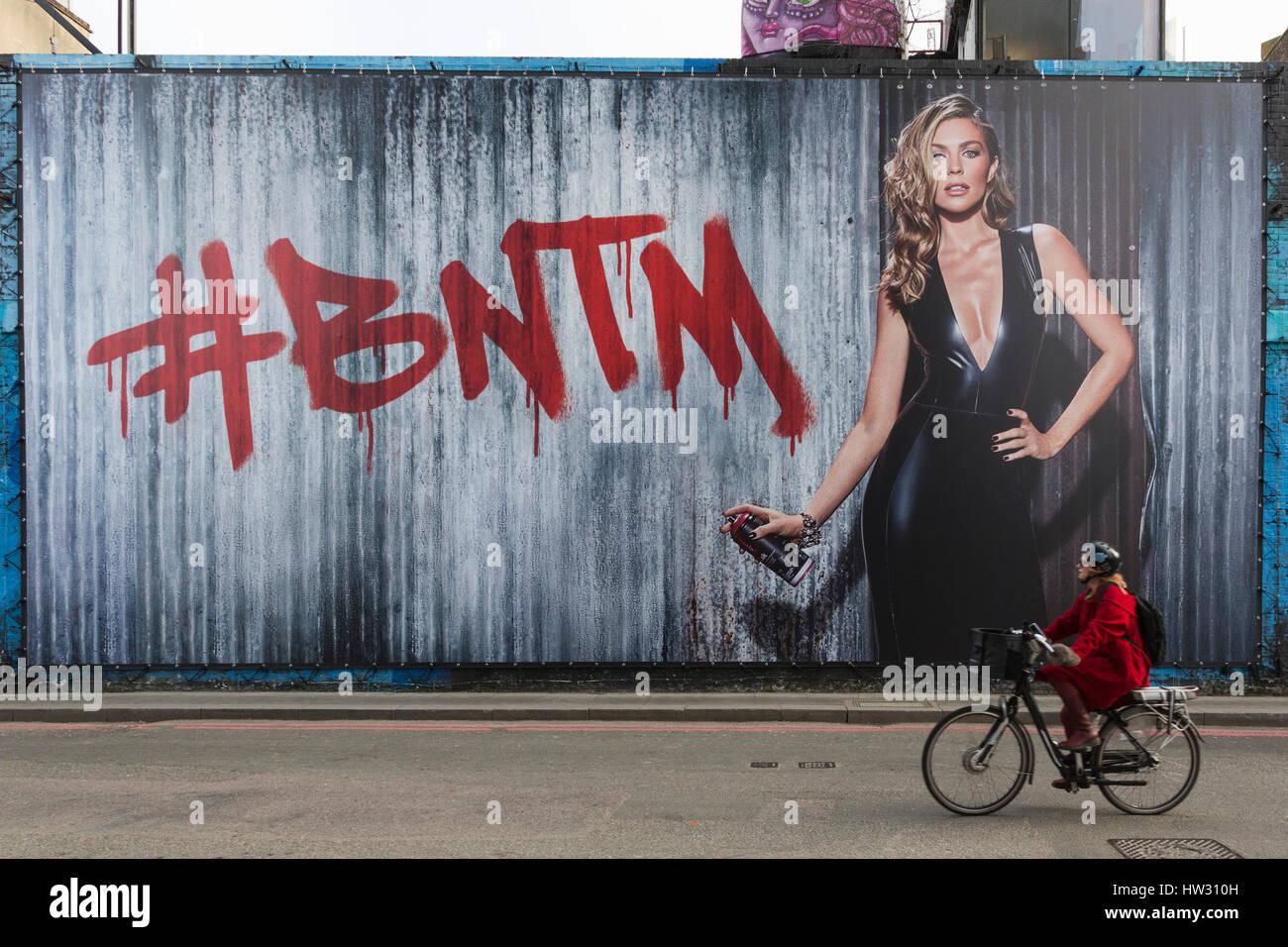 London, UK. 16. März 2017. Ein Radfahrer geht ein riesiges BNTM-Plakat in Holywell Lane. Auftaktveranstaltung Stockbild