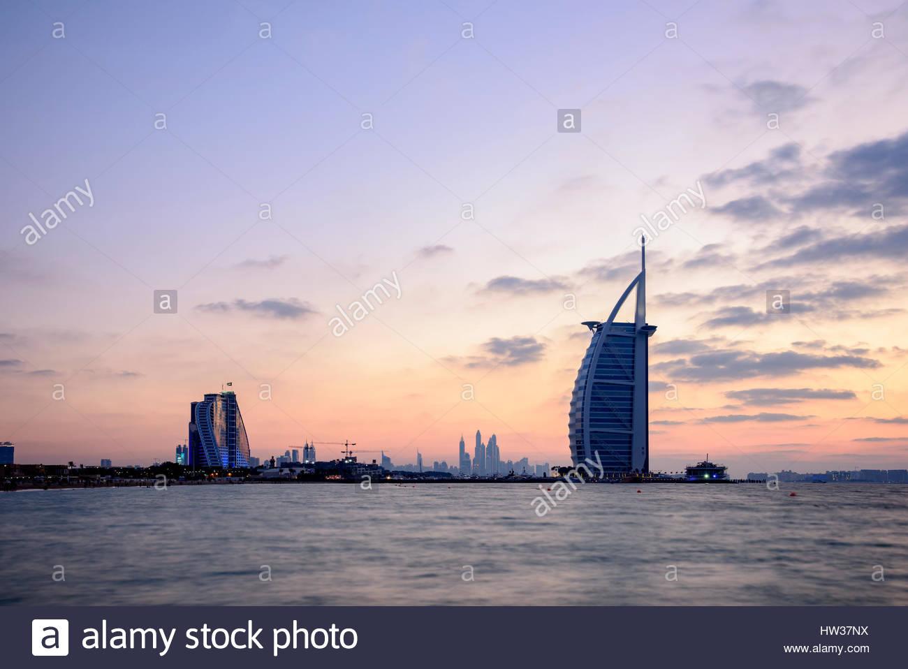 Die berühmten Burj Al Arab, Jumeirah Beach Hotel-Hotel und die 360 Lounge (auf der linken Seite), Dubai, Vereinigte Stockbild