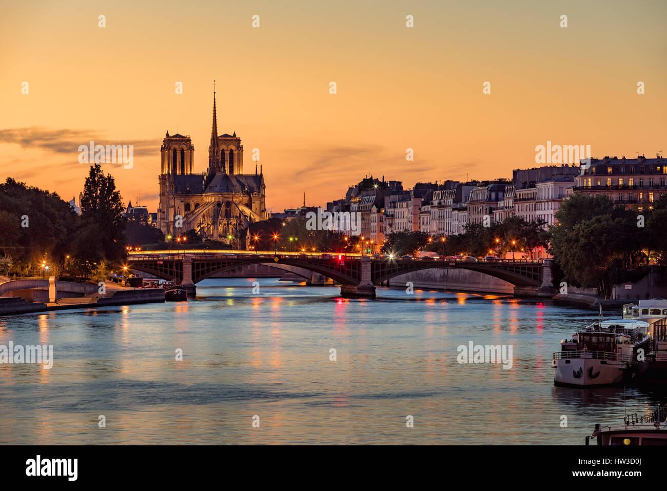 Kathedrale Notre Dame de Paris, Ile Saint Louis und dem Seineufer bei Sonnenuntergang. Sommerabend mit Sully Brücke Stockbild