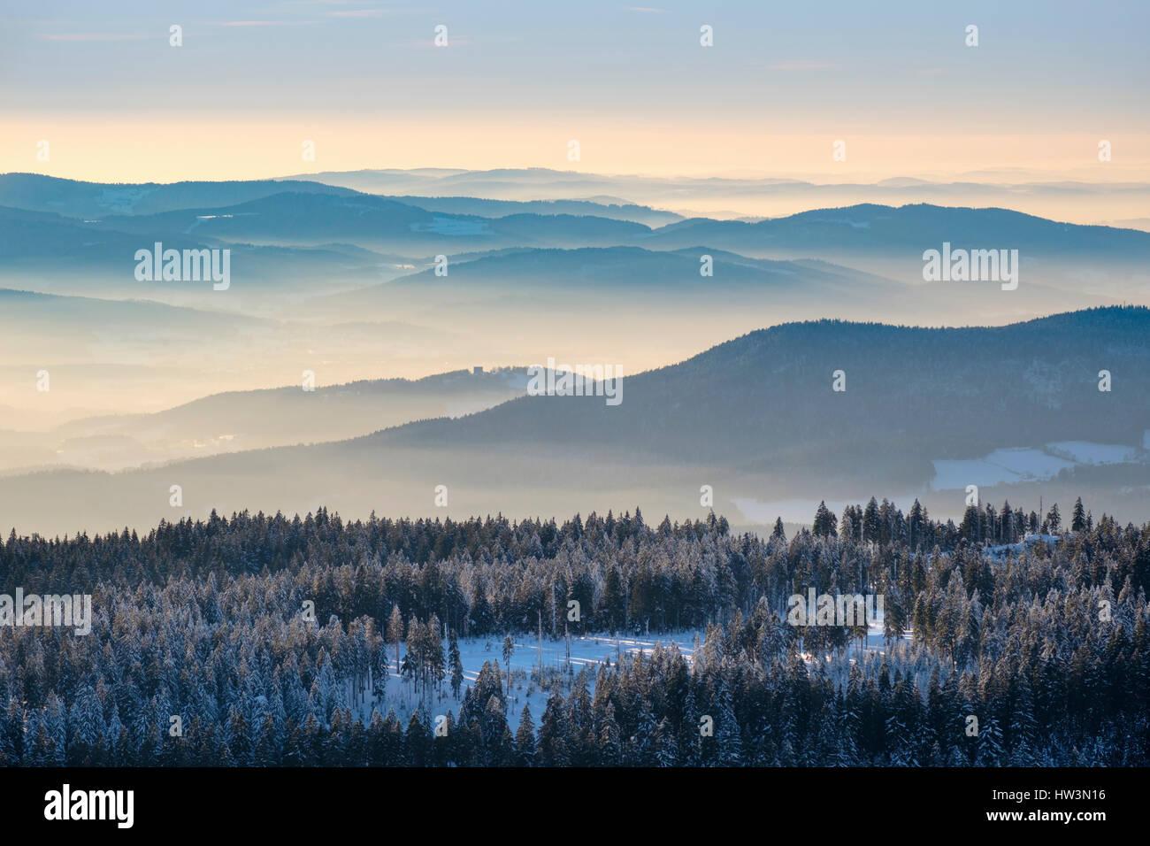 Nebel im Tal, Blick vom großen Arber im Schnee, natürliche ...