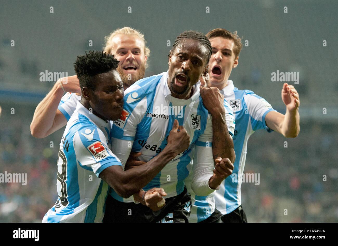 München Stürmer Abdoulaye Ba (L-R) feiert mit Romuald ...