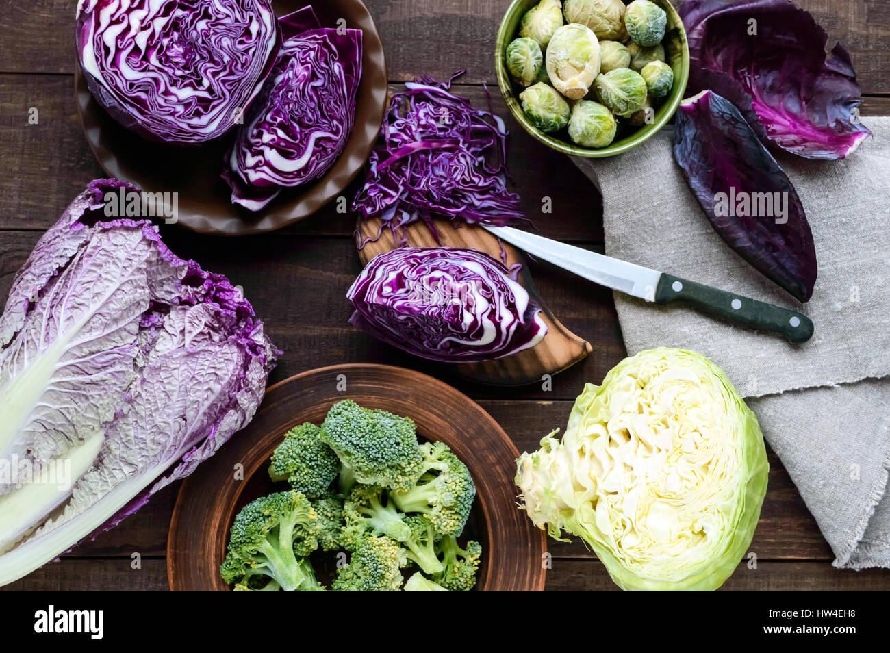 Viele Arten von Kohl - Brokkoli, Rosenkohl, weiß, rot, Chinakohl. Zutaten für die Zubereitung von Gemüsegerichten. Stockbild