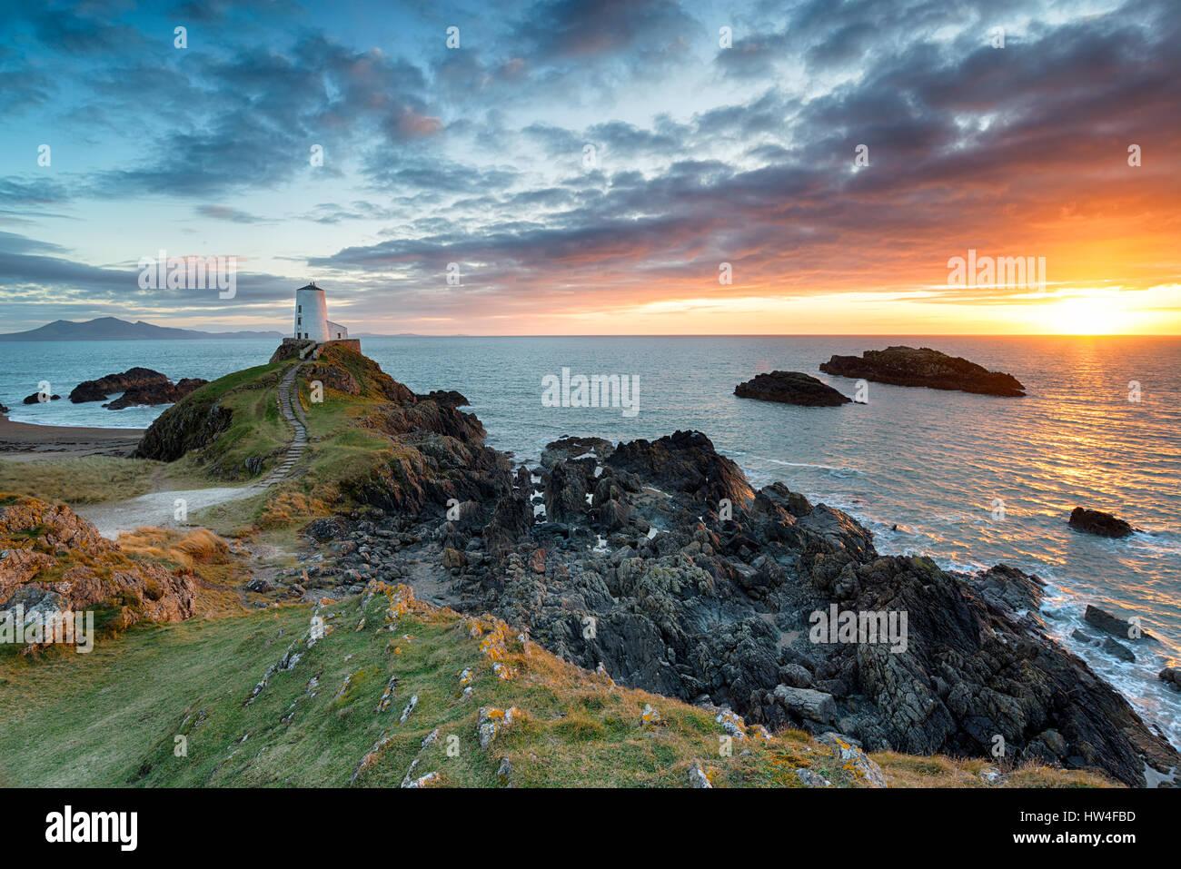 Atemberaubenden Sonnenuntergang über dem Twr Mawr Leuchtturm auf Ynys Llanddwyn auf der Küste von Anglesey Stockbild