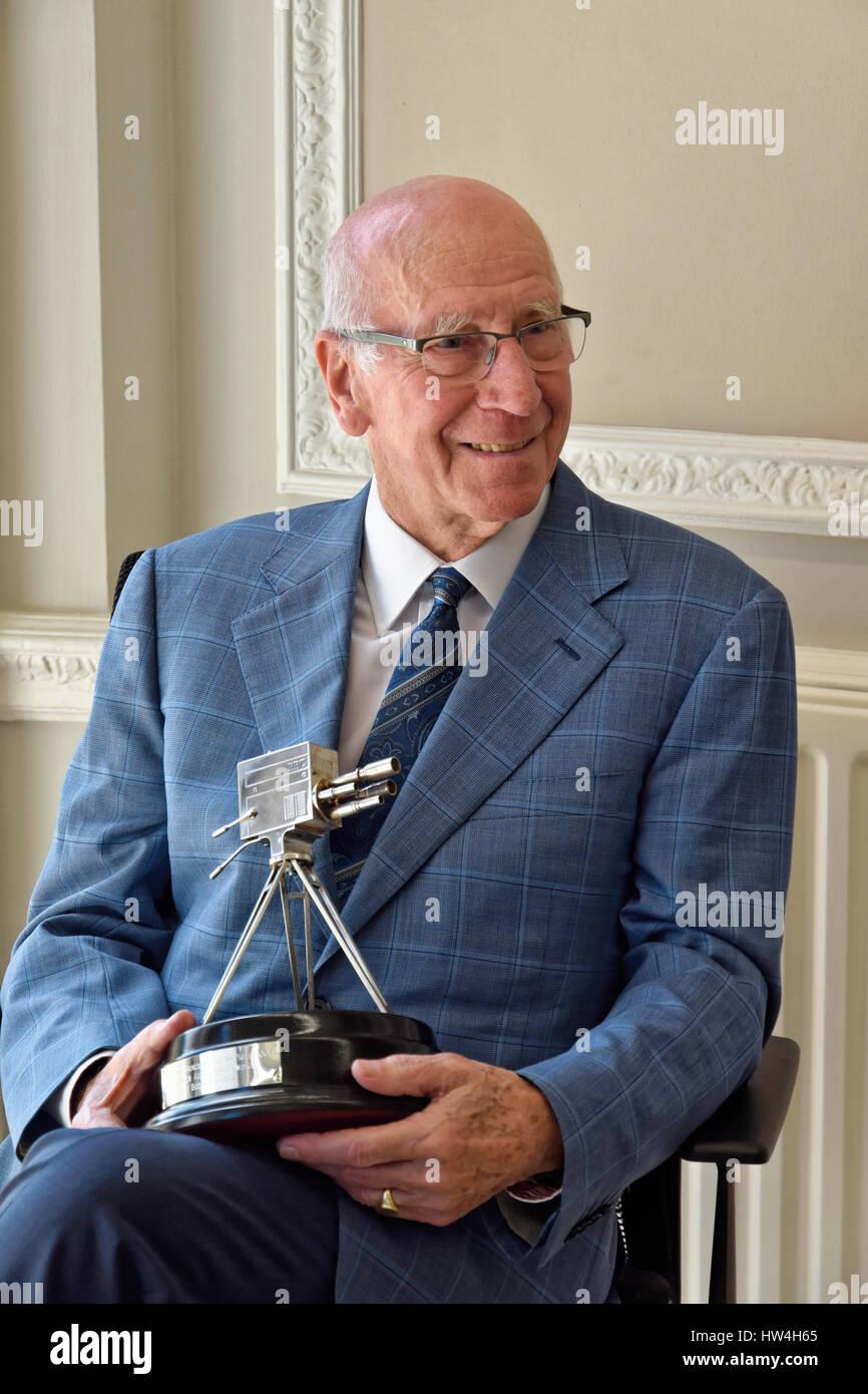Sir Bobby Charlton Holding der BBC Sport Persönlichkeit des Jahres Lifetime Achievement Award 2008 Stockbild