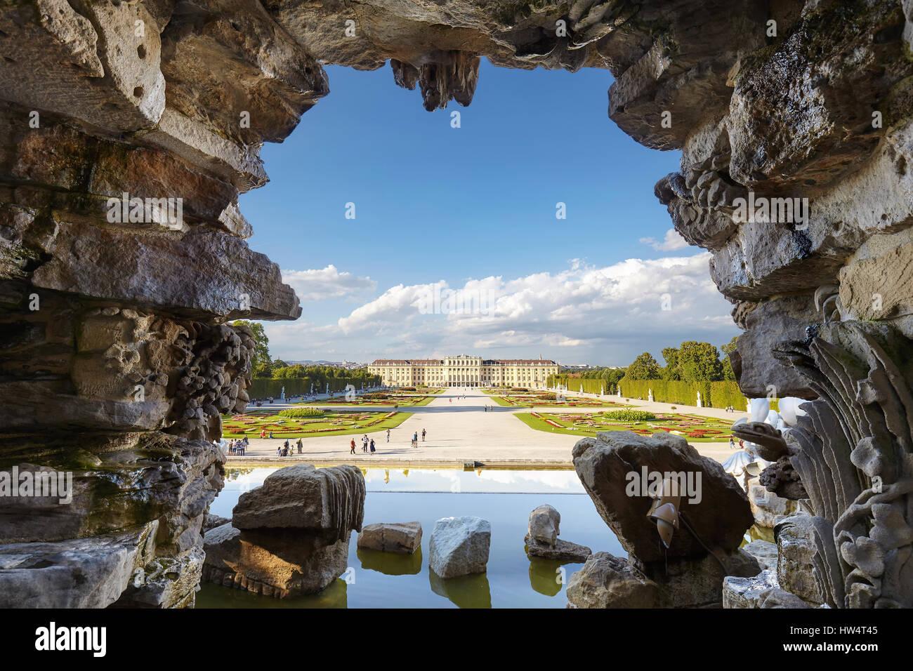 Wien, Österreich - 14. August 2016: Brunnen Blick auf das Schloss Schönbrunn, ehemalige kaiserliche Sommerresidenz Stockbild