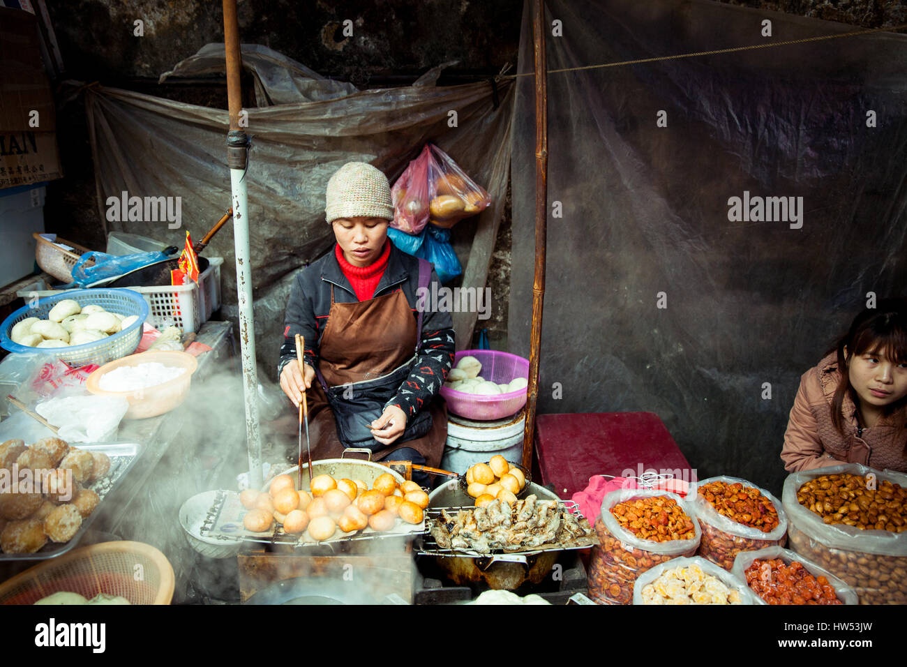 tribal woman cooking food stockfotos tribal woman cooking food bilder alamy. Black Bedroom Furniture Sets. Home Design Ideas