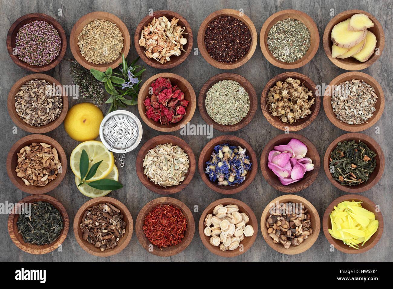 Gesunde Krauter Tee Auswahl In Holzerne Schalen Und Locker Mit Sieb