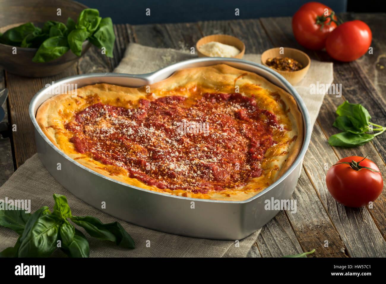 Hausgemachte herzförmige Chicago Deep Dish-Pizza zum Valentinstag ...