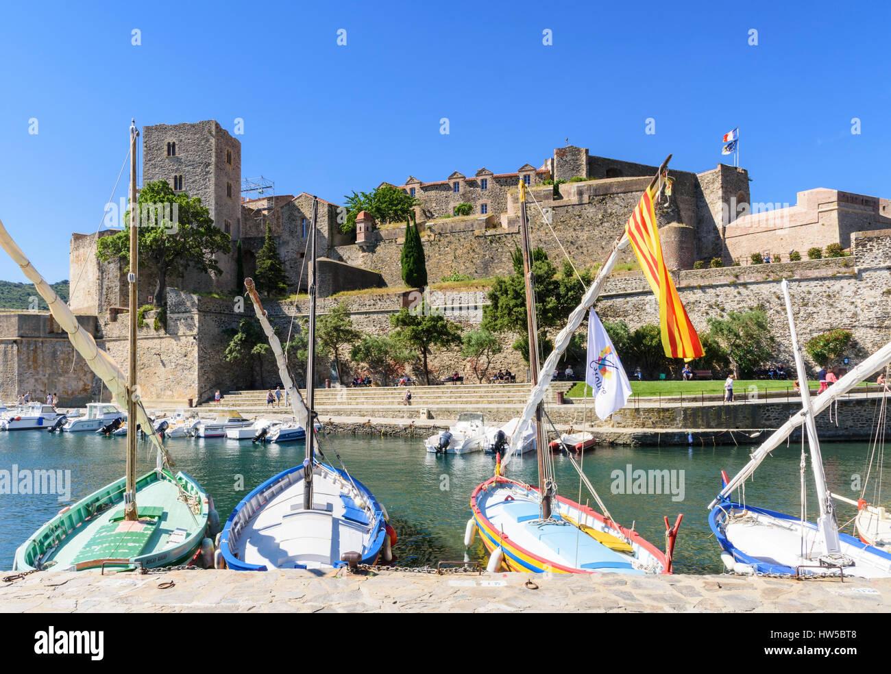 Collioure Château Royal mit Blick auf Boote im kleinen Hafen von Port AVALL, Collioure, Côte Vermeille, Frankreich Stockfoto