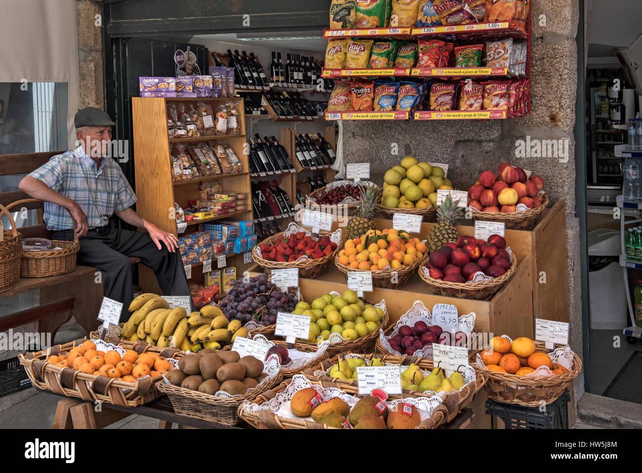 Straßenszene mit Lebensmittel rund um Ribeira Porto Portugal Stockbild