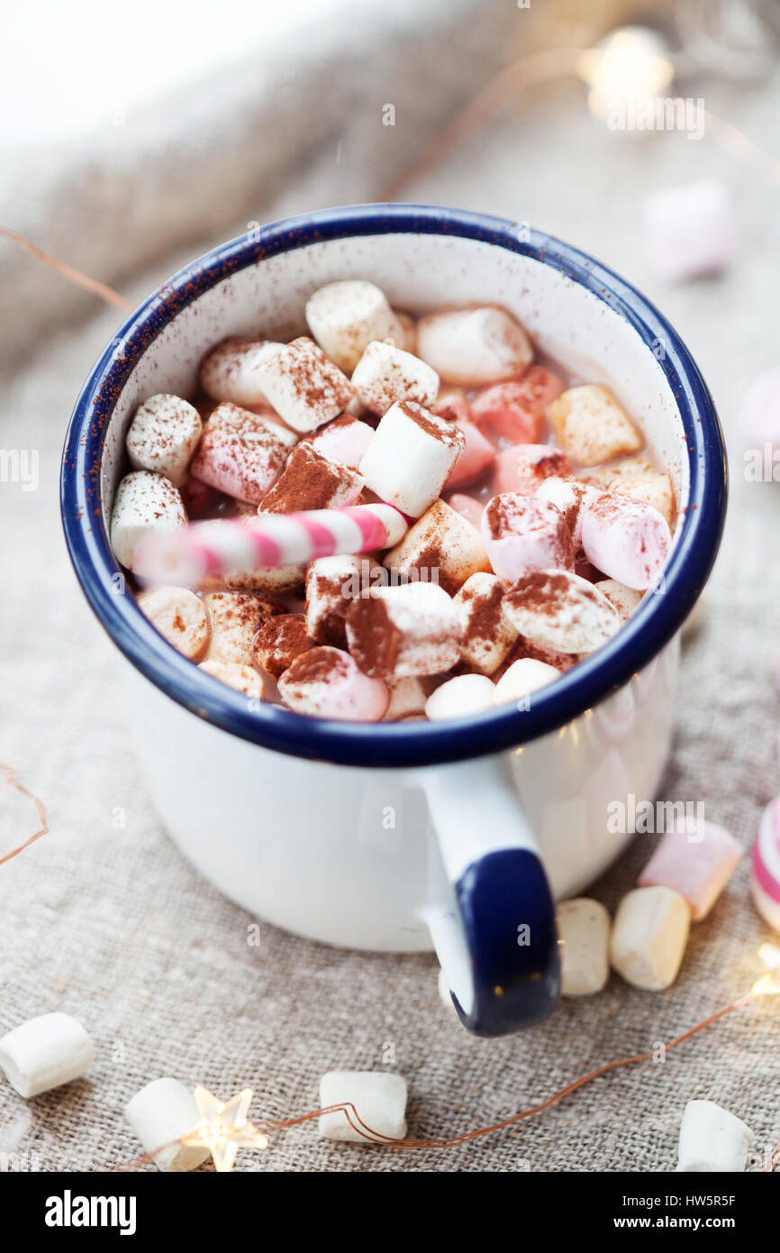 Heiße Schokolade mit Pfefferminze und marshmallows Stockbild