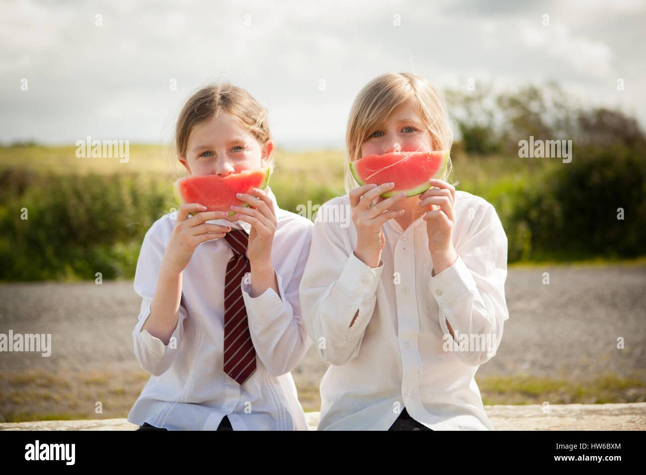 Mädchen, die Wassermelone essen Stockbild