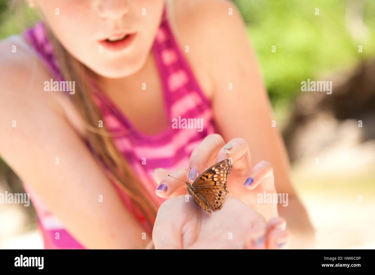 Mädchen mit Schmetterling in der hand Stockbild