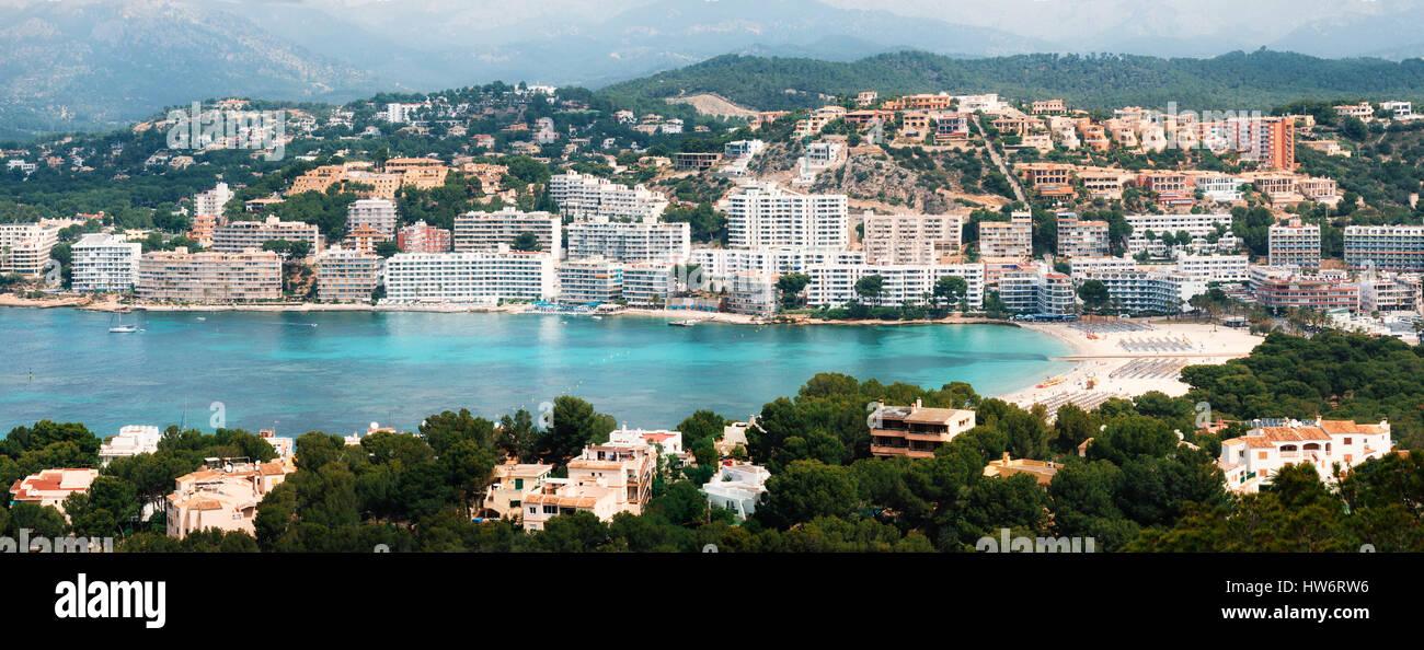 Schöner Panoramablick von oben von Santa Ponsa Resort, der Strand mit weißem Sand, Liegestühle, Hotels Stockbild