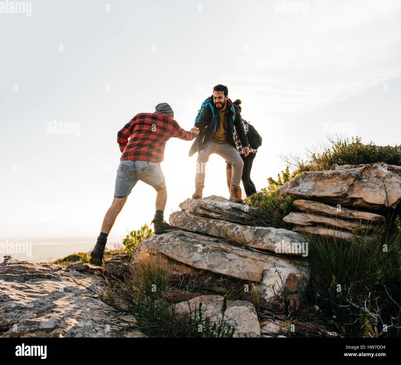 Gruppe von Wanderern, die lange Spaziergänge in der Natur. Freunde nehmen einen Ausflug auf einem Berg. Stockbild