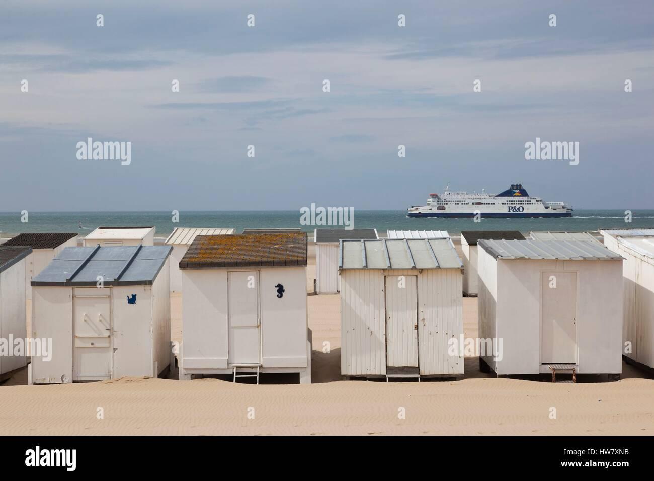 Frankreich, Pas-De-Calais, Bleriot-Plage, Strandhütten entlang Ärmelkanal mit Fähre Stockfoto