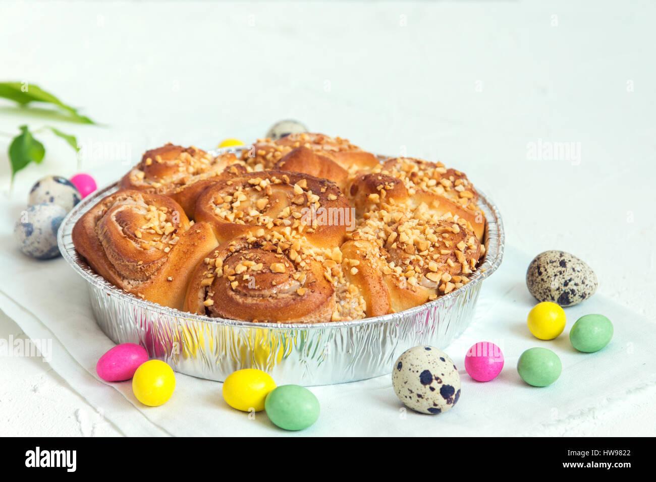 Ostern Gebäck. Frische hausgemachte cremige Zimtschnecken mit Nüssen. Zimtschnecken mit Frischkäse Stockbild