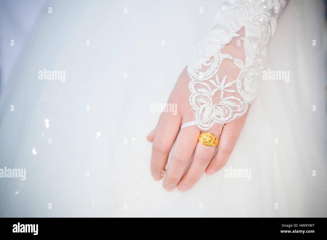 0ec933d90eac1 die Braut trägt ein Kleid, eine Hochzeit, ein schönes Kleid mit Ehering