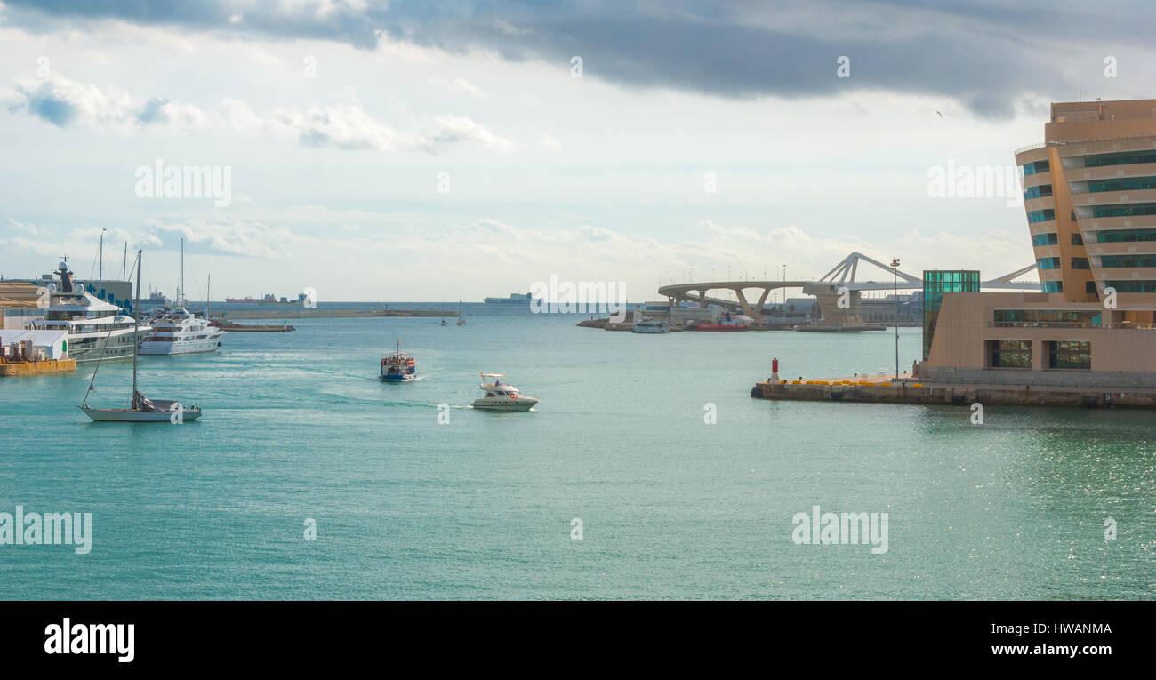Navigation unter Boote vertäut Pendants im Hafen von Port Vell in Barcelona, Spanien.  Schiffe auf den Horizont, Stockbild