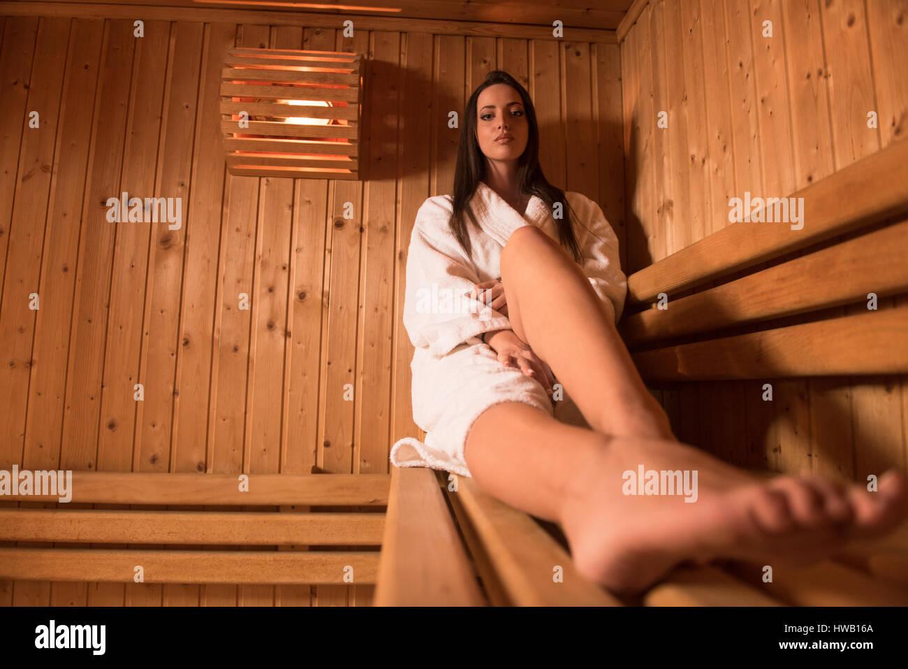 Portrat Von Schone Frau In Der Sauna Entspannen Und Gesund Bleiben
