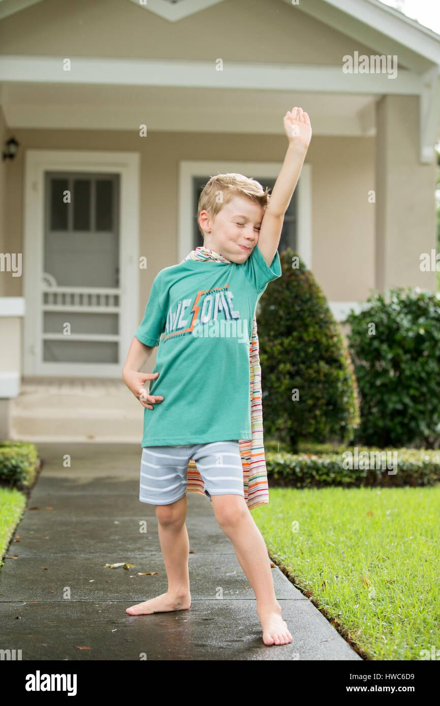 Junge wie Superheld verkleidet Stockbild