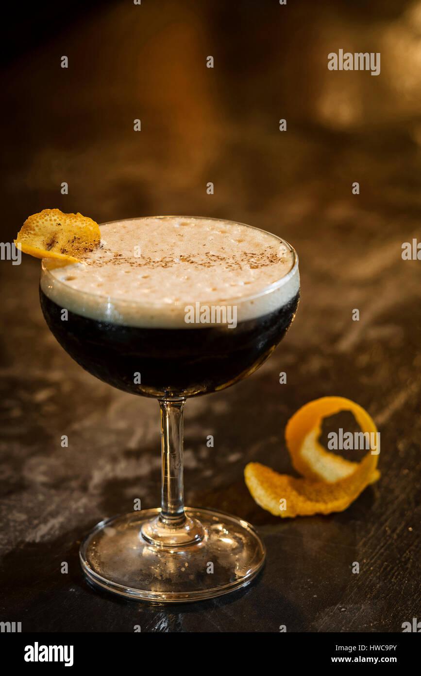 Expresso Cofeee Martini cocktail Drink in modernen bar Stockbild