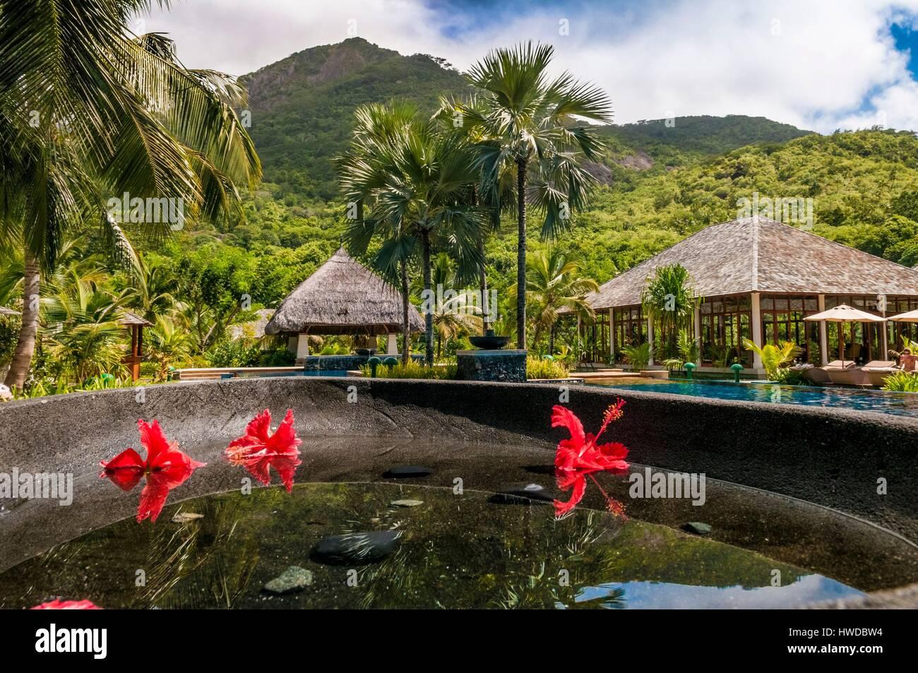 Seychellen, Silhouette Island Hilton Seychelles Labriz Resort & Spa, Becken mit Hibiskusblüten neben dem Stockbild
