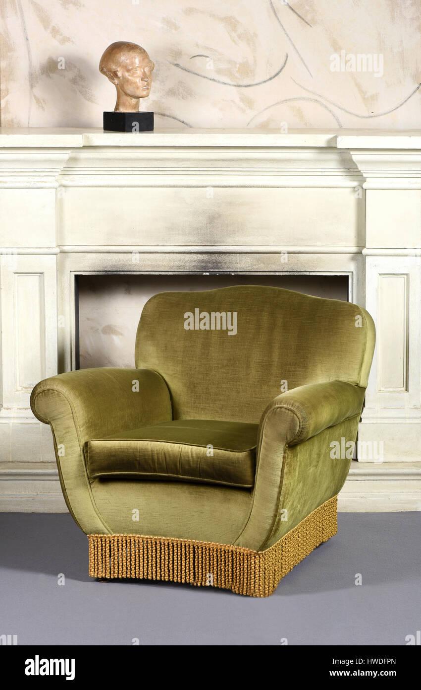 Stillleben mit Vintage Plüsch grün samt Sessel mit Fransen im ...