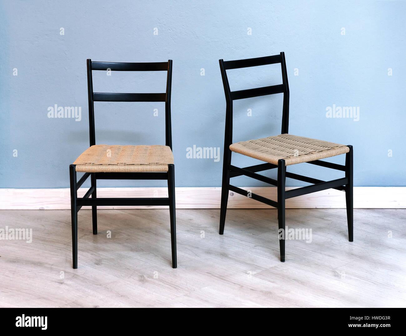 Zwei Einfache Schwarze Kuche Oder Esszimmer Stuhle Mit Geflochtenen
