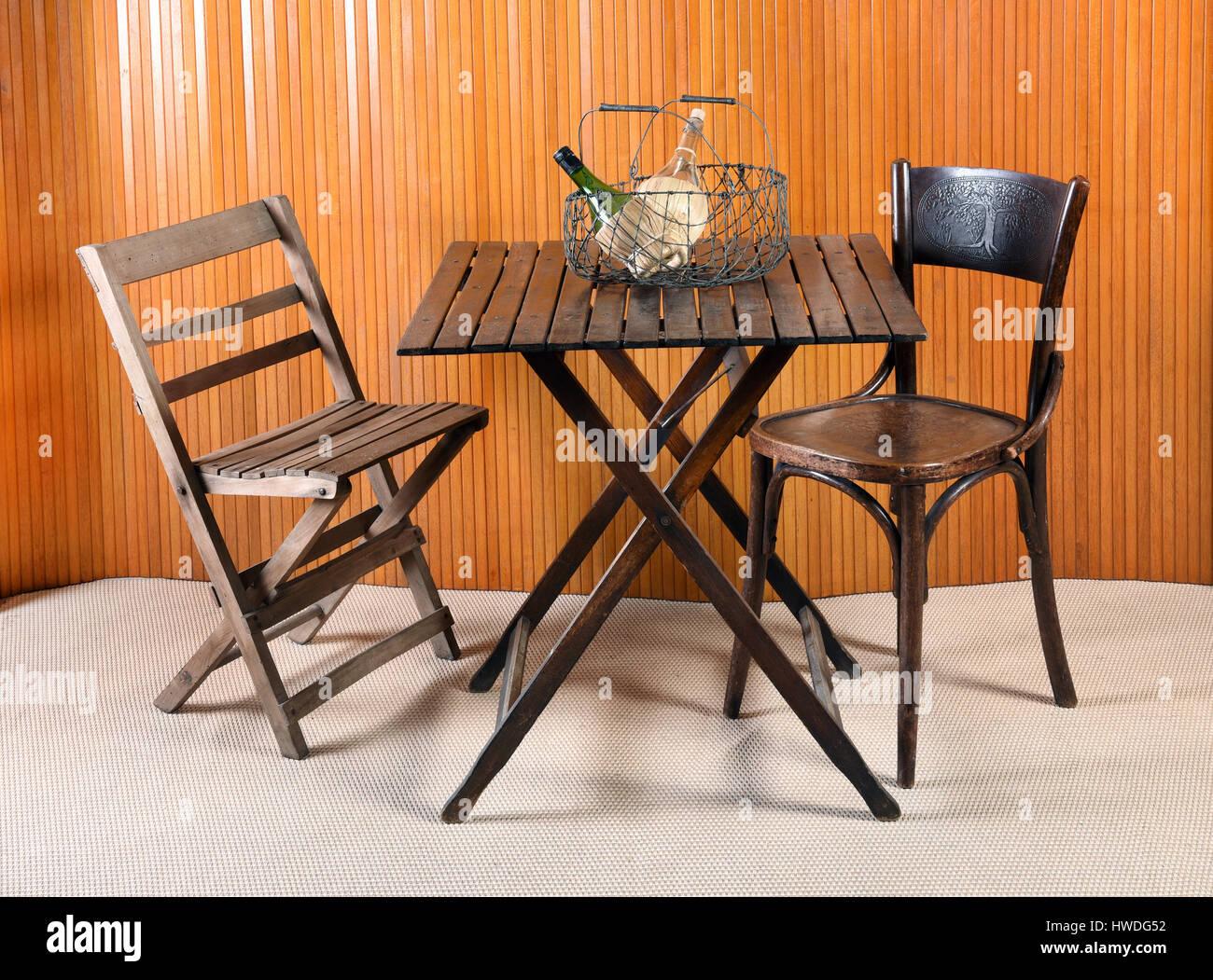 Stillleben mit Möbel Klapptisch mit unpassenden Stühlen und ...