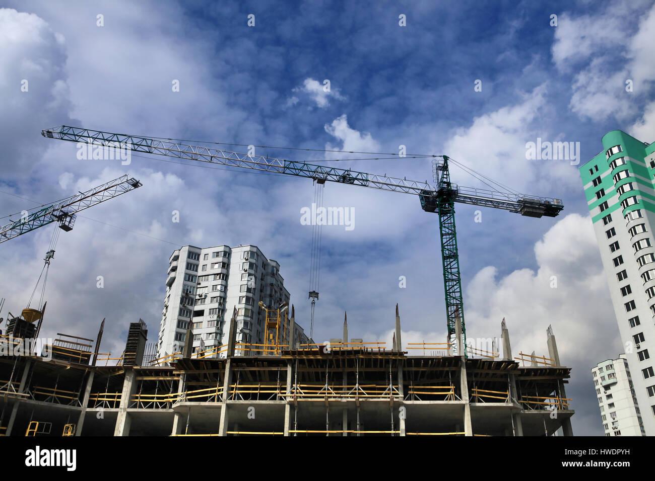 Krane und Bau des neuen Wohnkomplexes in der Stadt Kiew Stockbild