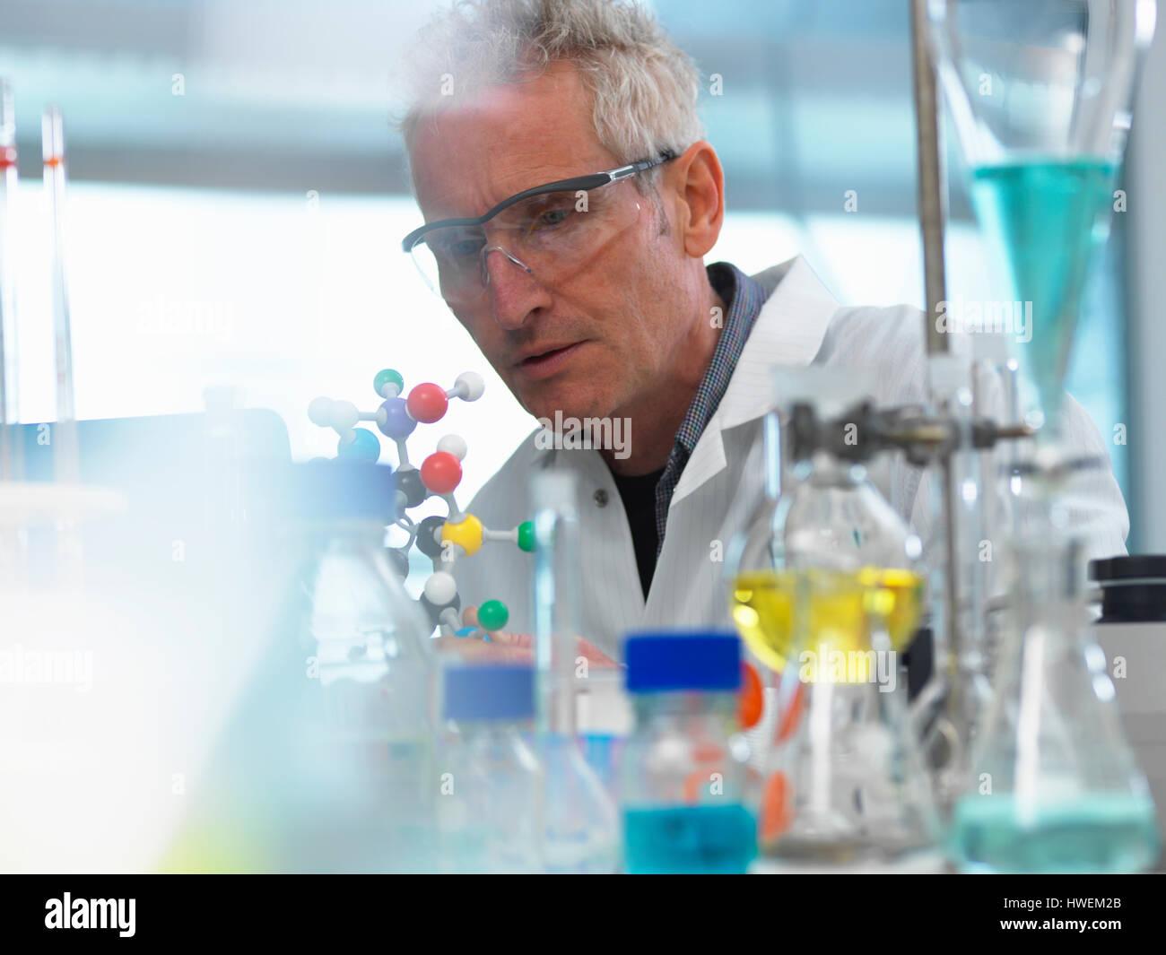 Forscher mit Hilfe eines molekularen Modells um zu verstehen, eine chemische Formel in einem Labor Stockbild