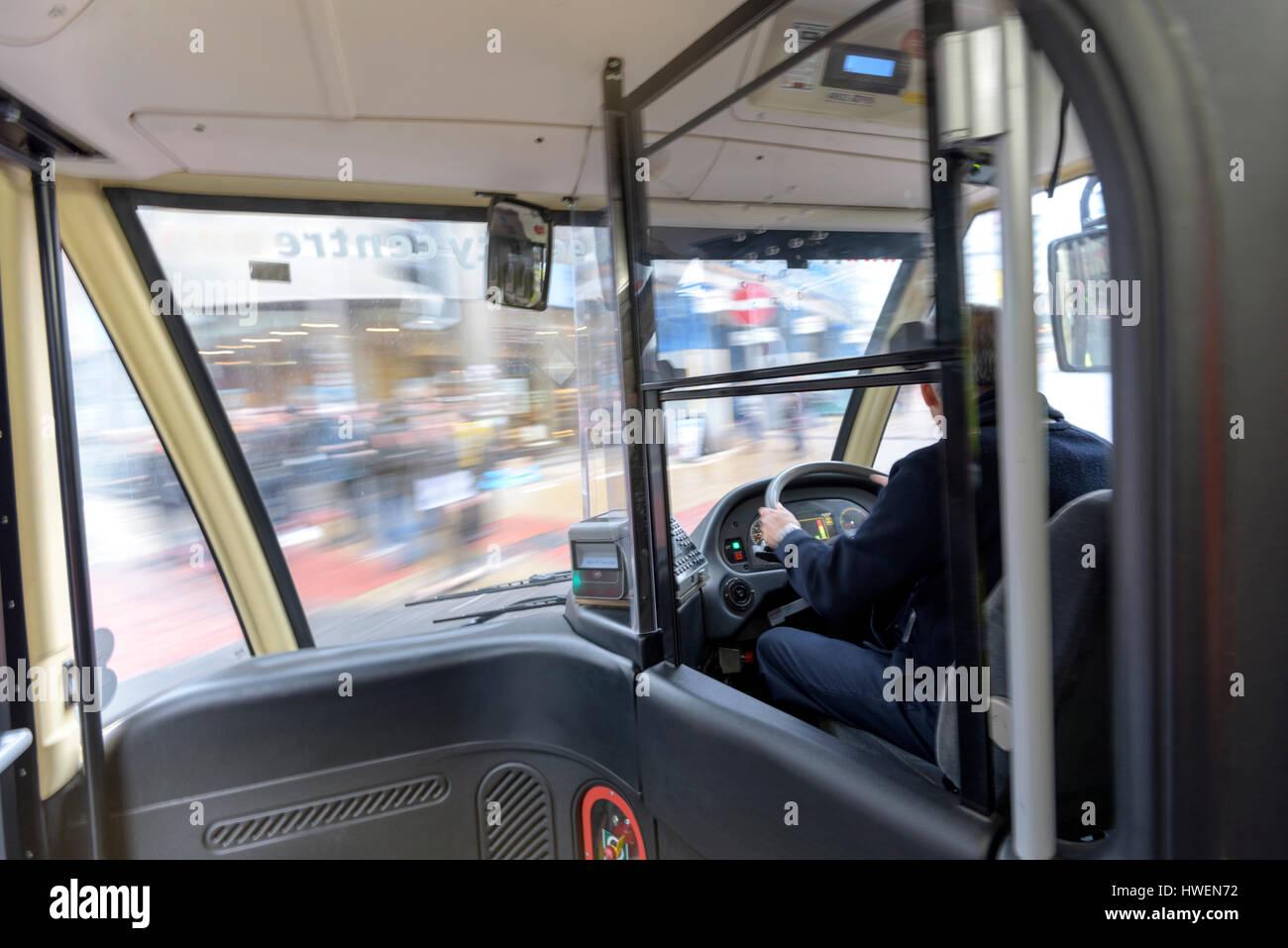 Busfahrer fahren Elektrobus im Verkehr Stockbild