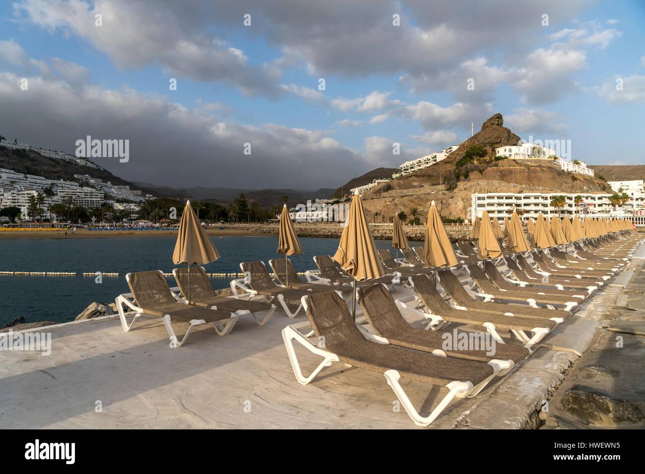 reihe mit liegest hlen im ferienort puerto rico mogan insel gran canaria kanarische inseln. Black Bedroom Furniture Sets. Home Design Ideas