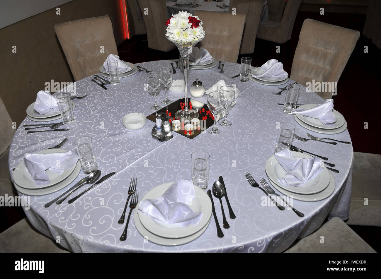 Besteck Mit Bunten Blumen Schmuck Und Duftkerzen Sind Runde Tische