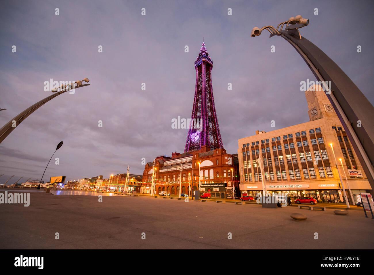 Blackpool - ein Badeort an der irischen See Englands. Blackpool Tower in lila Licht beleuchtet. Stockbild