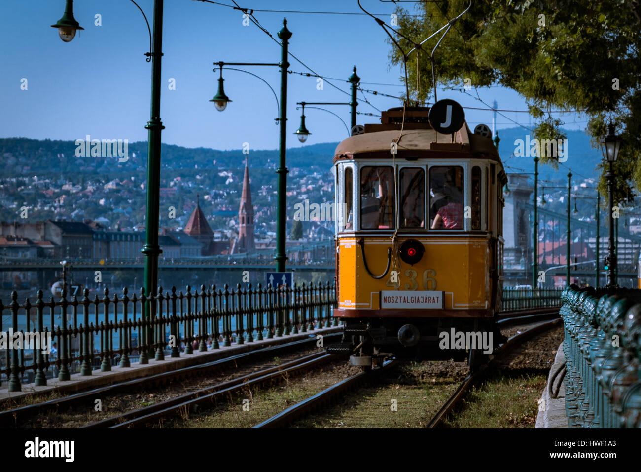 Eine Nostalgie-Straßenbahn in Budapest, Ungarn Stockbild