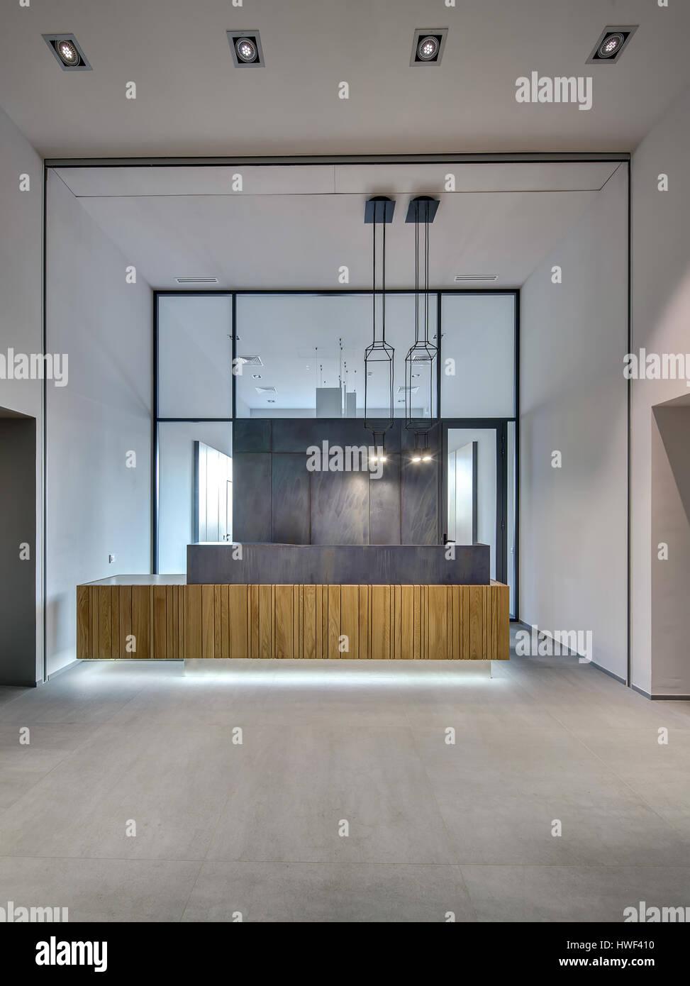 Glühende Interieur in einem Loft-Stil mit grauen Wänden und großen ...