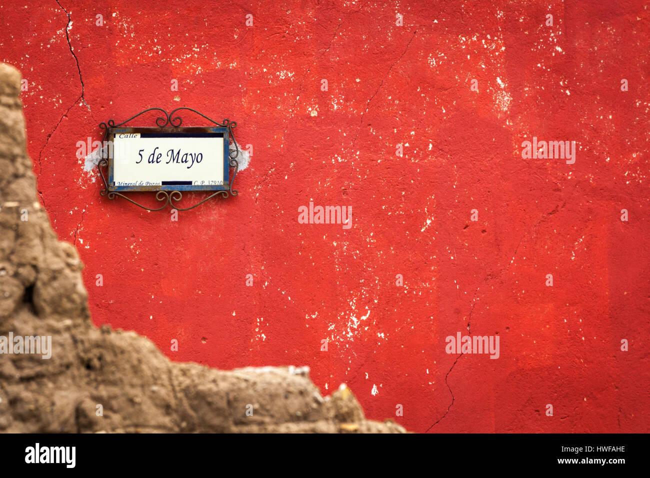 5 de Mayo, ein Straßenschild in der Geisterstadt von Mineral de Pozos, Guanajuato, Mexiko. Stockbild