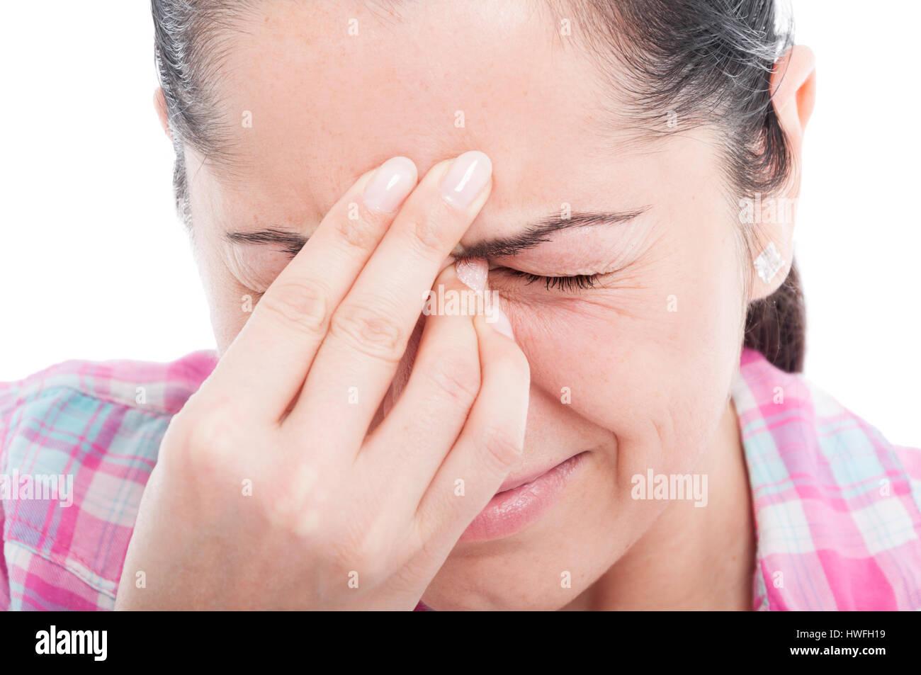 Nahaufnahme von Frau Kopfschmerzen leiden und müde auf weißem Hintergrund Stockbild