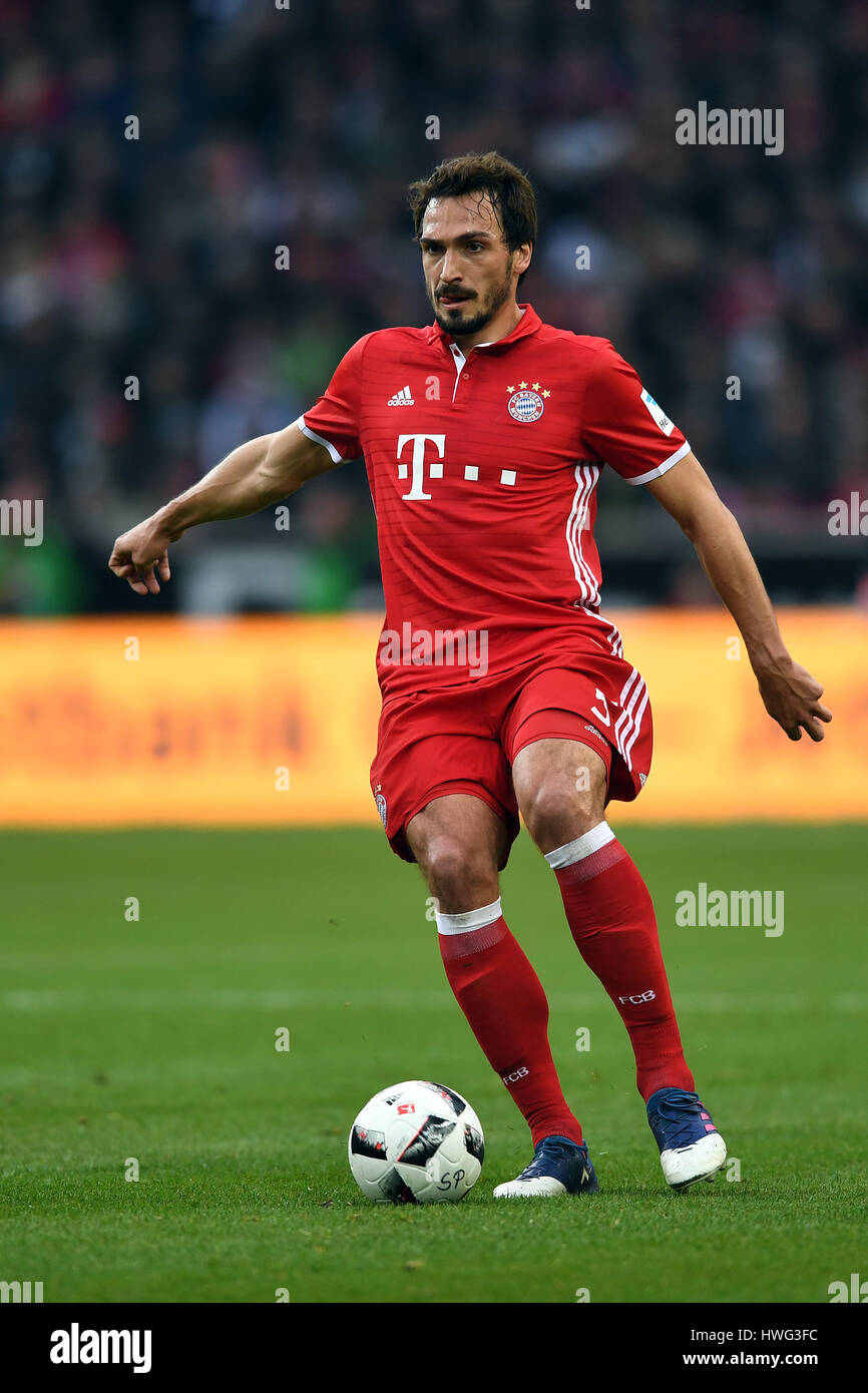 m nchengladbach deutschland 19 m rz 2017 bayern mats hummels auf den ball w hrend der. Black Bedroom Furniture Sets. Home Design Ideas