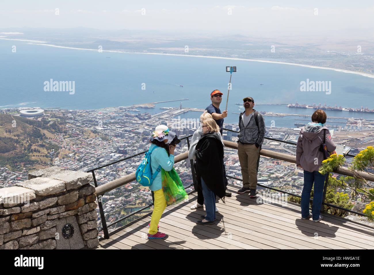 Tafelberg - Touristen ein Selfie Foto Table Mountain Top, Kapstadt Südafrika Stockbild