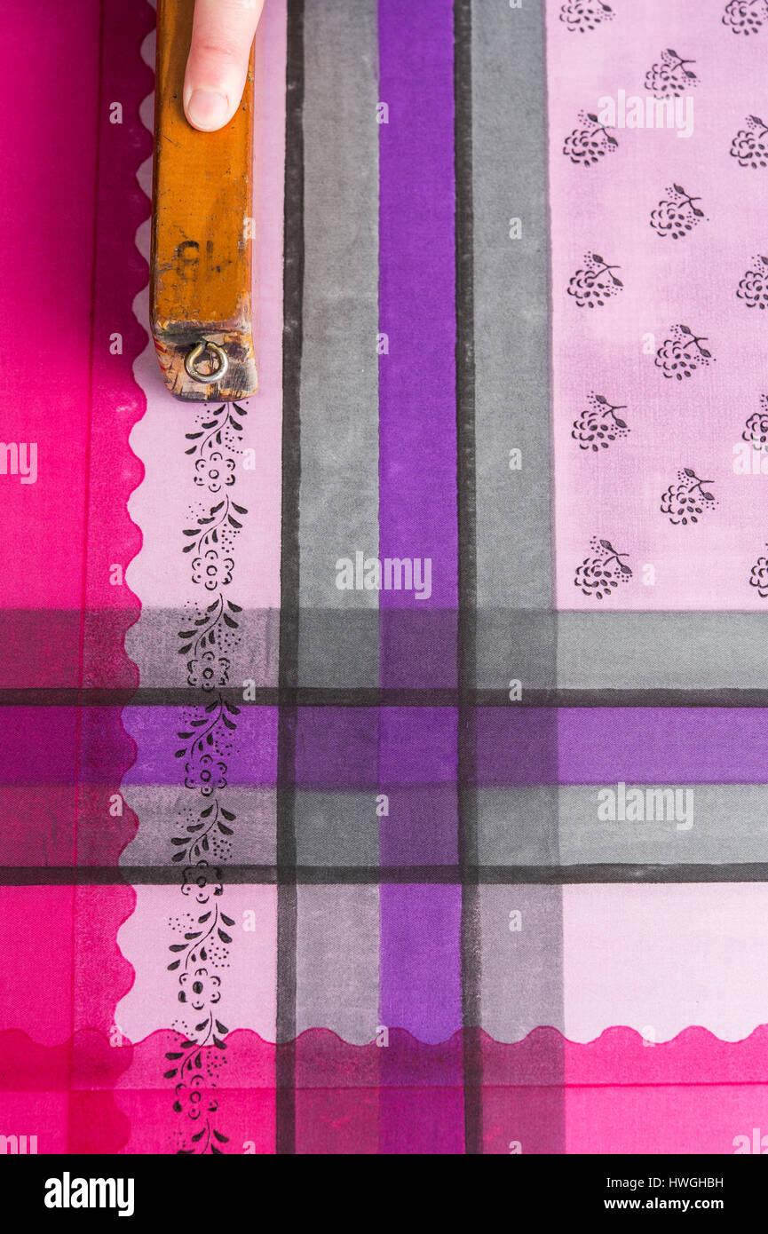 Transparenter Stoff Mit Muster : druck zu blockieren hand dr cken holzschnitt mit muster und farbe auf stoff bad aussee ~ Frokenaadalensverden.com Haus und Dekorationen