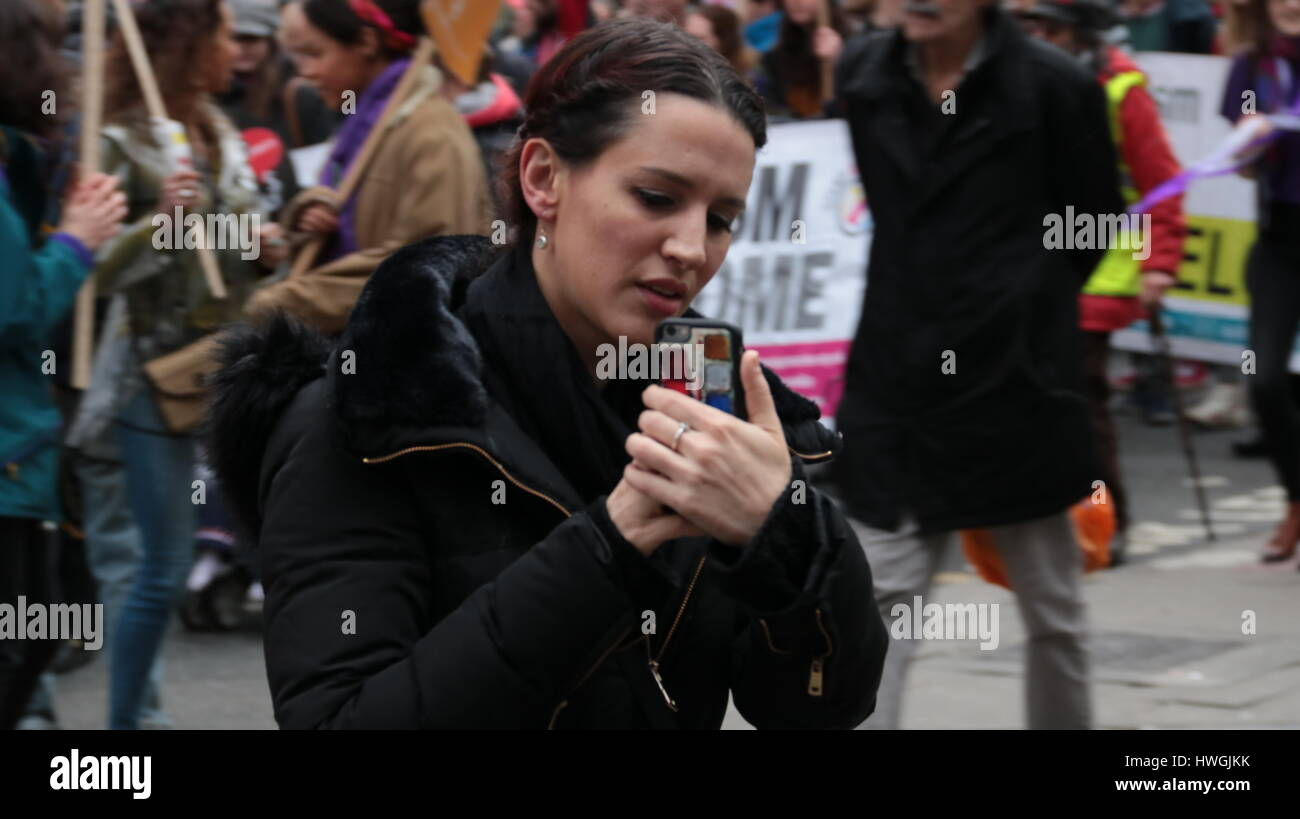 ein Frauen-Demonstrant aufzeichnen von Videos auf Smartphone in einem NHS Protest der Leute mit Kameras fotografieren Stockbild