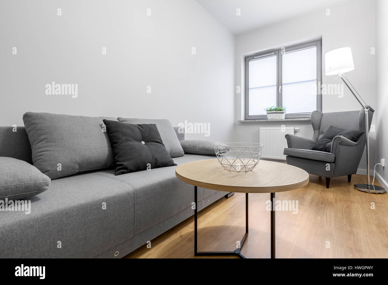 contemporary lounge gray sofa wall stockfotos contemporary lounge gray sofa wall bilder alamy. Black Bedroom Furniture Sets. Home Design Ideas