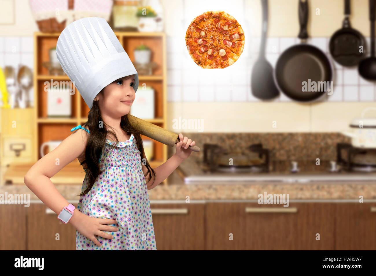 Kleine Asiatin mit Nudelholz denken man Pizza in der Küche Stockfoto ...