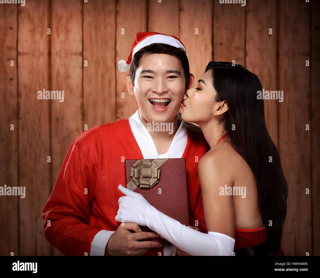 Weihnachtsfrau Kuß an ihren Geliebten. Weihnachten-Konzept Stockfoto ...