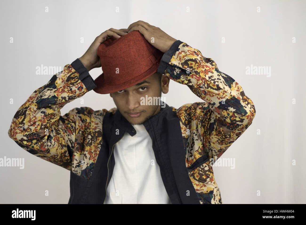 Ein Junger Mann Mit Rotem Hut Und Pixel Gedruckten Multi Farbige