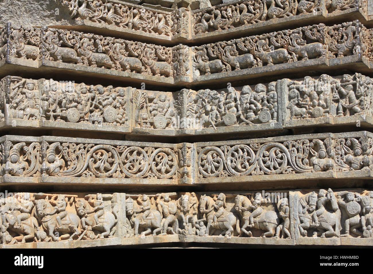 Nahaufnahme von Schrein Wand Relief Skulptur folgt einen Ganglion Plan, Darstellung Schwäne, Makara(imaginary beast), hinduistischen Puranas, Laub, Reiter und eleph Stockfoto